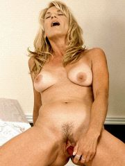 Milf hottie enjoys a good dildo fucking