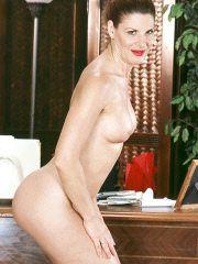 Gorgeous MILF Linda totally exposed