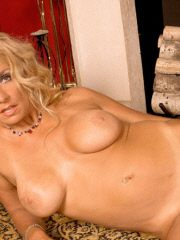 Stunning mature woman and some anal beads