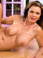 Gorgeous MILF puts her fingers in her wetness