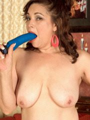 Hot mom fucks her pussy with fav toy