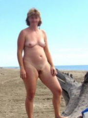 Amateur MILF lifted her legs up exposing her nice moms pussy