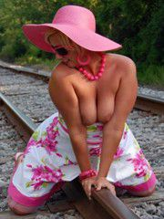 Outdoor pictures of nude, mature..