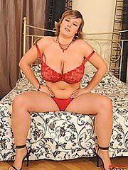 Blonde Jenifer posing on bed