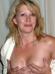Blond mature housewife showing boobs, homemade naked..