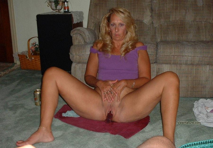 Mature amateur wife posing nude