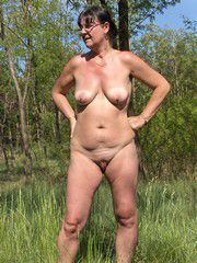 Shaved mature 40yo girl, reveals her..