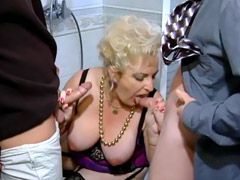 Old mature chick in sexy stockings gives double blowjob in..