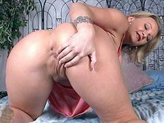 Mture shows round ass and pussy and fucked by guy