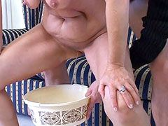 Older bitch gives blowjob and getting pissing