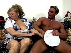 Chubby pale mature blonde getting fucking on sofa for..