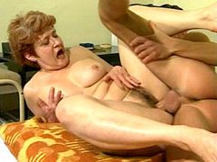 Mature mom gets hairy pussy licking before wild hardcore