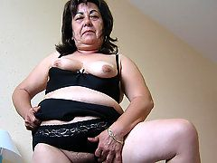 This hot mature mama loves to play with toys